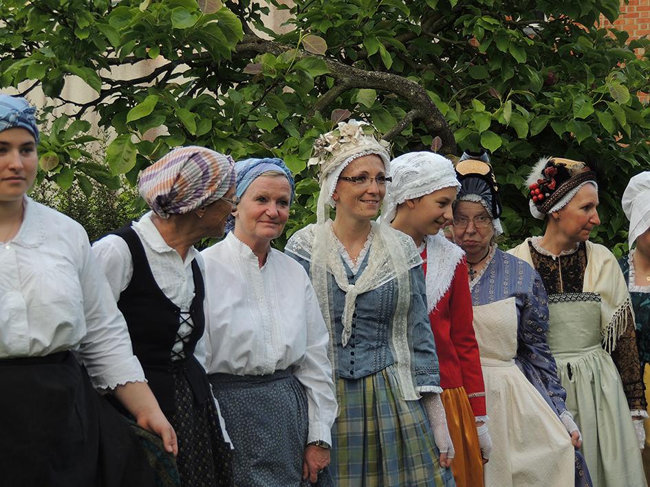 dames costumees GENTIANES 1