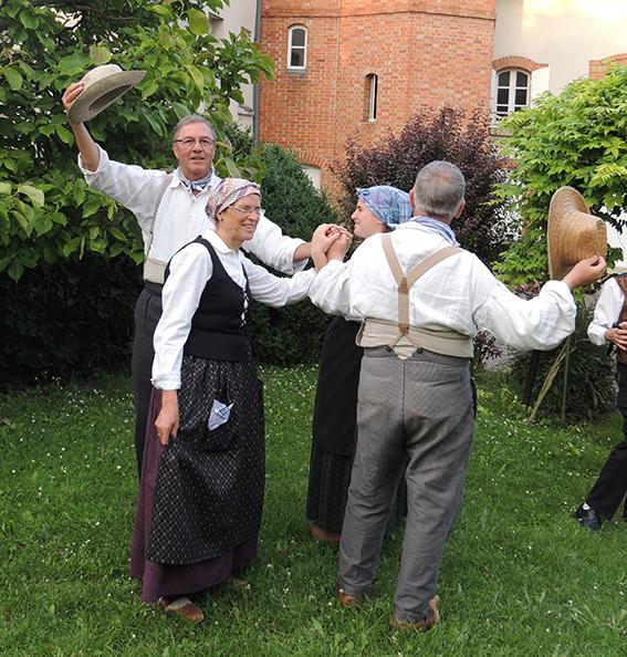 danseurs paysans des GENTIANES
